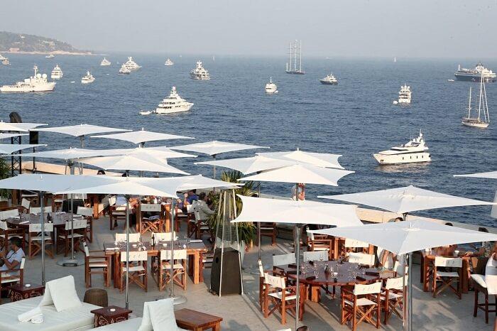 Restaurante na praia do Larvotto em Mônaco