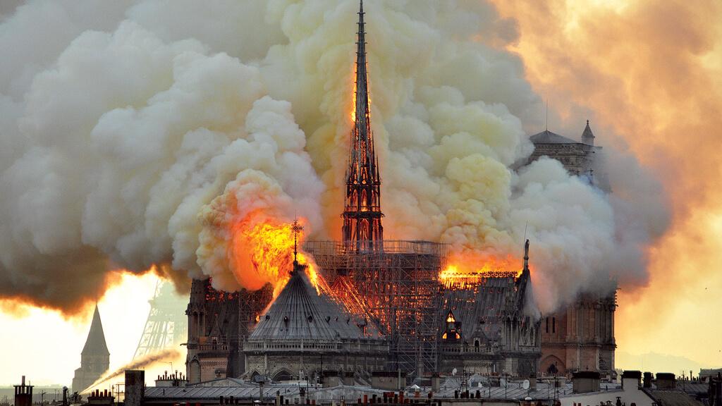 Catedral Notre Dame em Paris pegando fogo