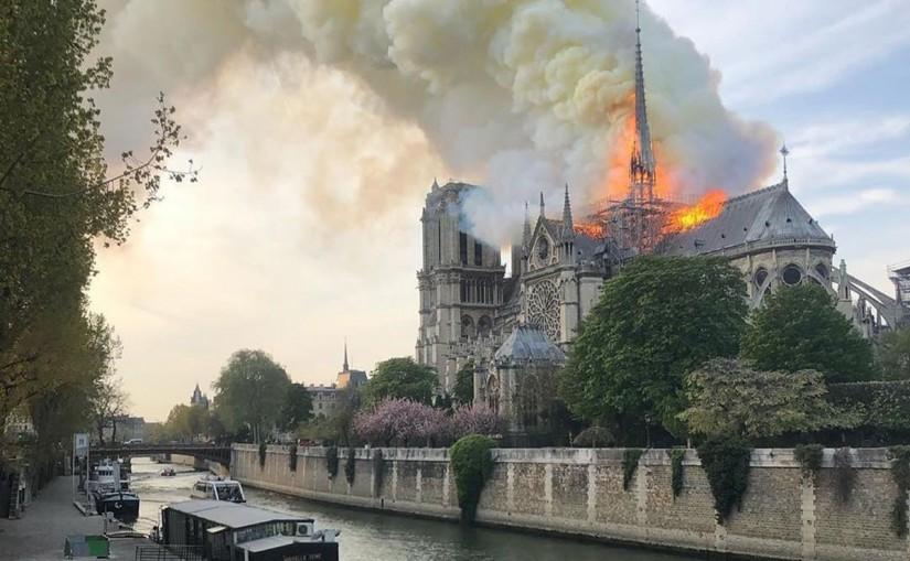 Vista do Incêndio na Catedral Notre Dame em Paris