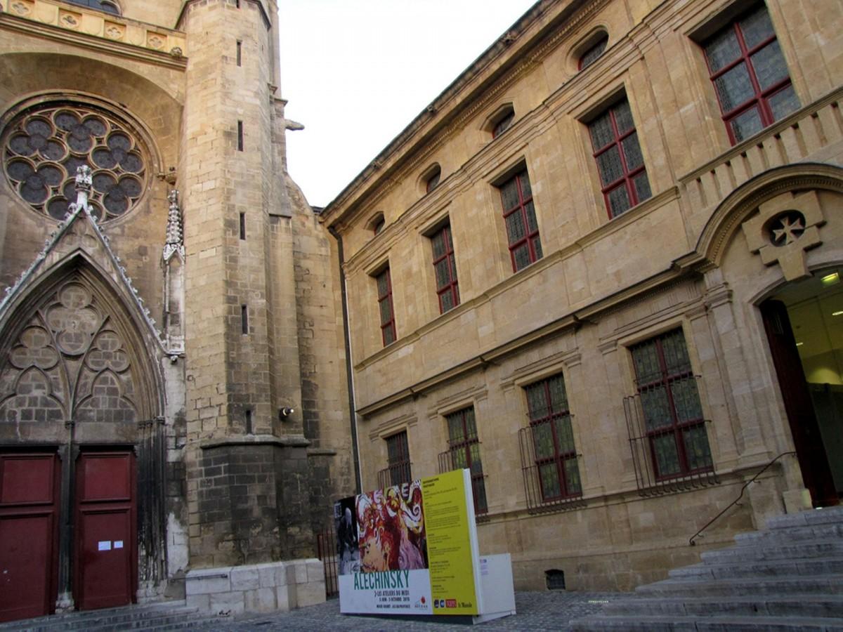Museu Granet adjacente à igreja