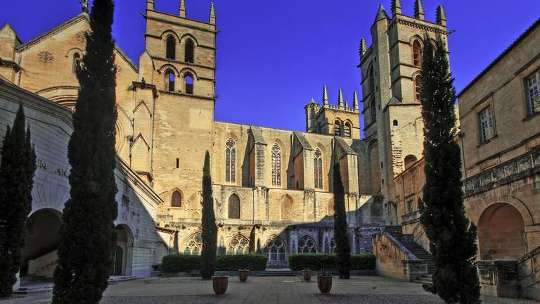 Vista pátio interno da Catedral de Montpellier