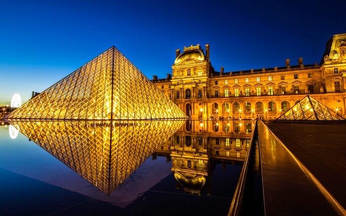 Museu do Louvre ao entardecer em Paris