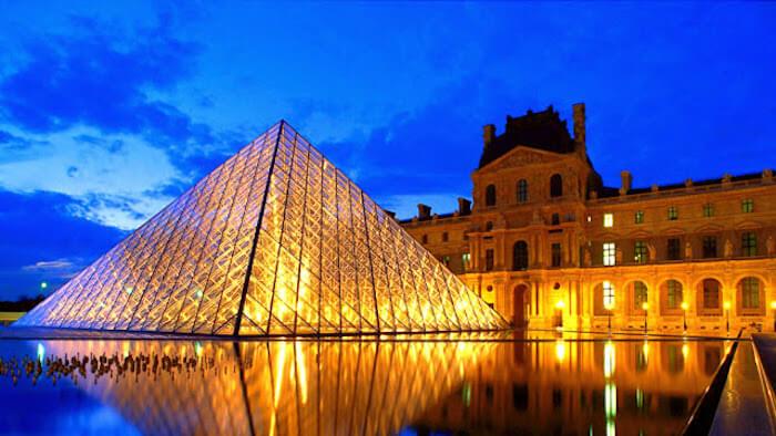 Museu do Louvre à noite em Paris
