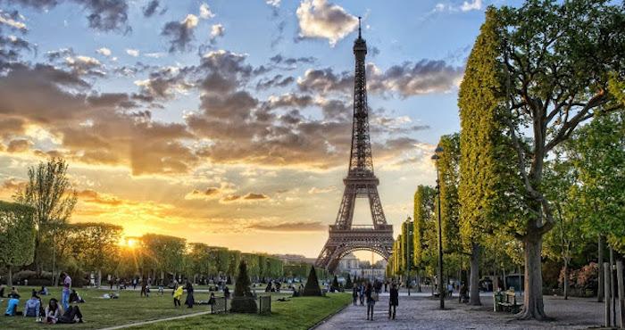Entardecer na Torre Eiffel em Paris