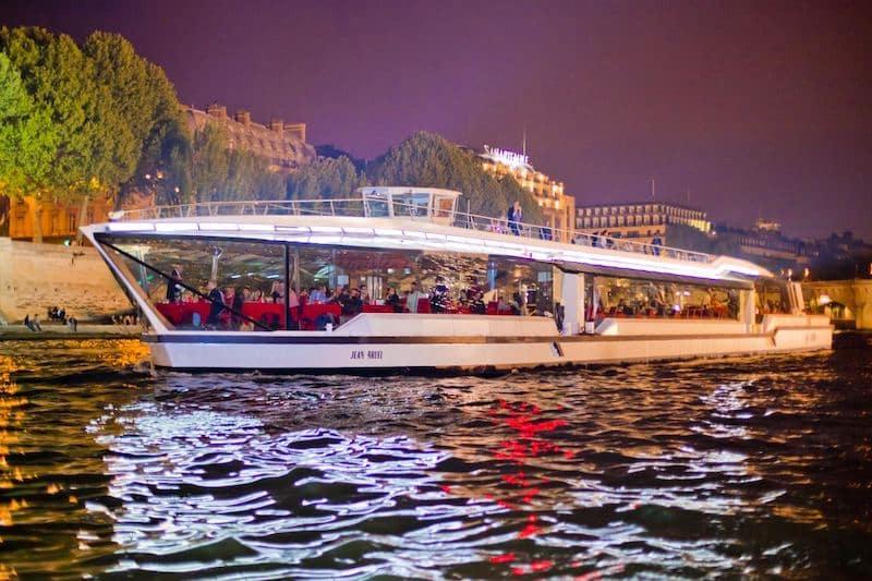 Passeio noturno de barco em Paris