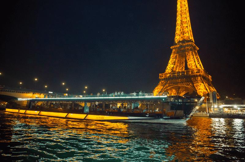 Passeio noturno de barco pelo Rio Sena em Paris