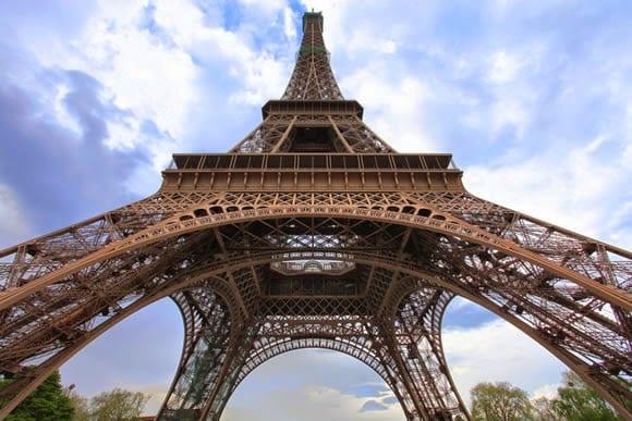 Subida à Torre Eiffel em Paris