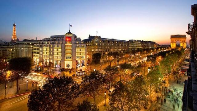Champs-Elysées à noite em Paris