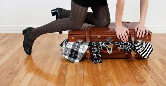 Fechando a mala de viagem