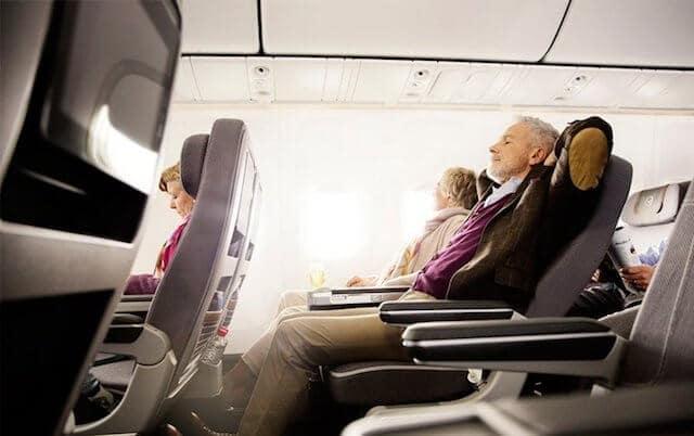 Passageiros relaxando durante o voo
