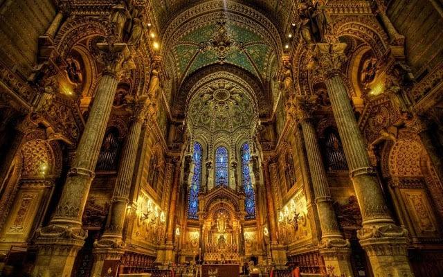 Interior da Basílica Notre Dame de Fourvière em Lyon na França