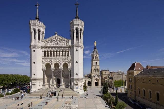 Pátio da Basílica Notre Dame de Fourvière em Lyon na França