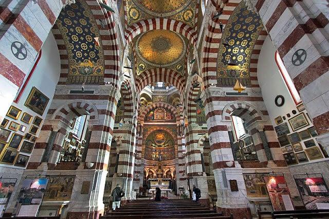 Interior da Notre Dame de la Garde em Marselha