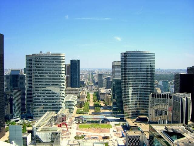 Vista do Arco de la Defense em Paris