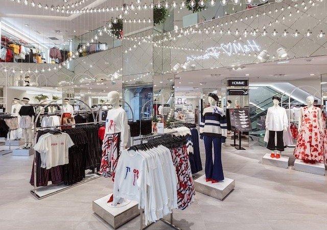 Interior da loja H&M em Paris