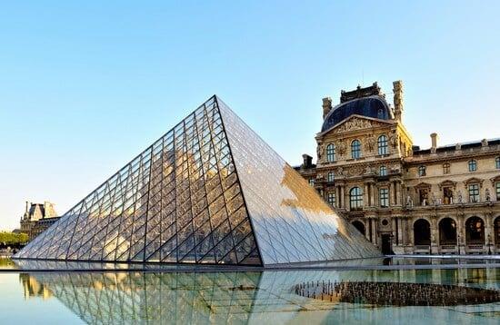Frente do Museu do Louvre em Paris