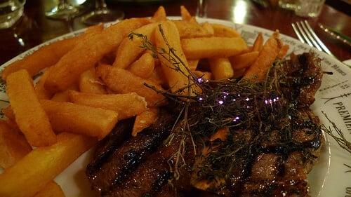 Comer no Bistrot Victoires em Paris