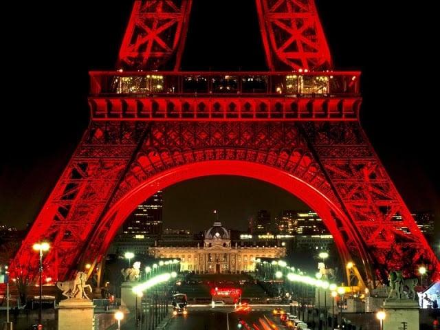 Vista da Torre Eiffel em Paris em Setembro