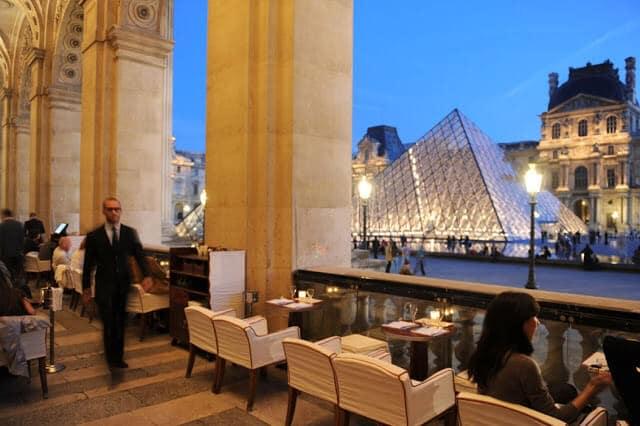 Comer no Café Marly em Paris