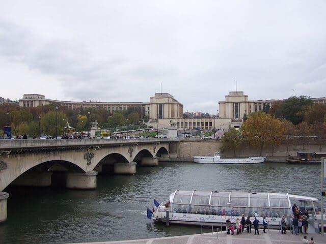 Palácio de Chaillot a partir do Sena