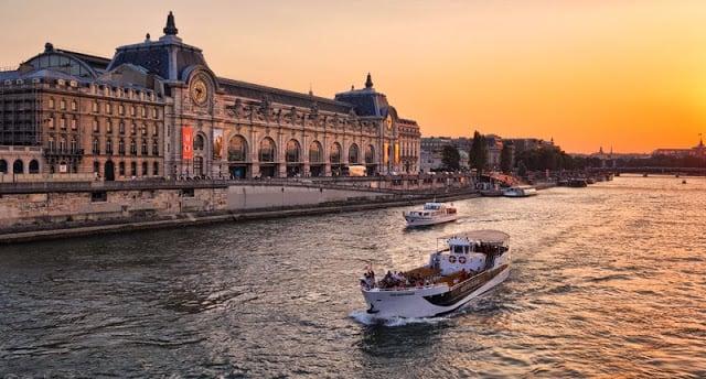 Passeio de barco no Rio Sena em Paris