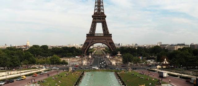 Torre Eiffel em Paris em Julho