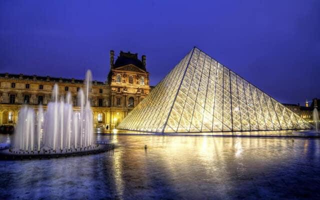 Museu do Louvre Paris em Maio