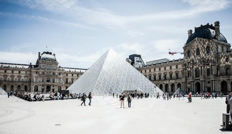 Museu do Louvre com neve em Paris