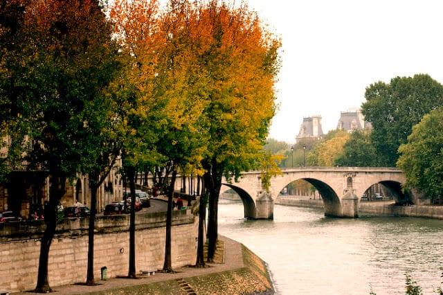 Rio Sena em Paris em outubro