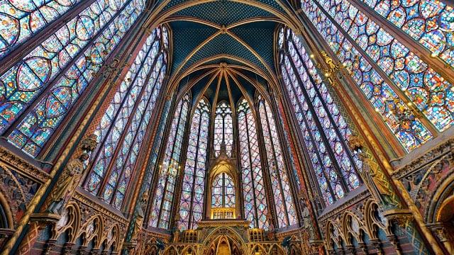 Interior da Saint-Chapelle em Paris