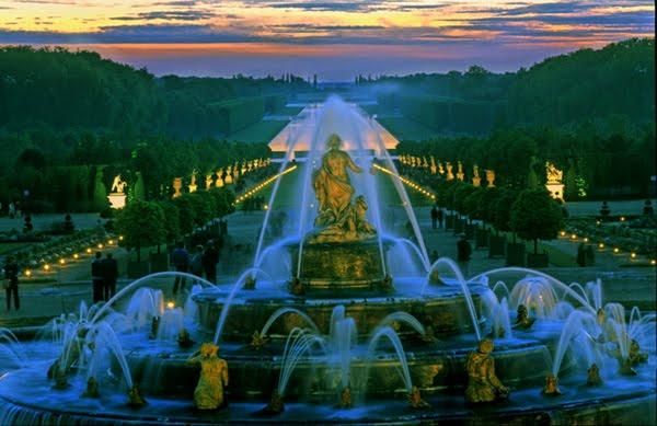 Show de fontes nos Jardins de Versalhes ao fim de tarde