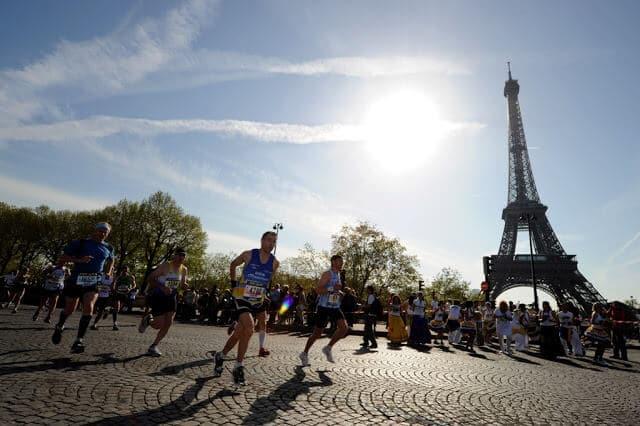 Corrida perto da Torre Eiffel