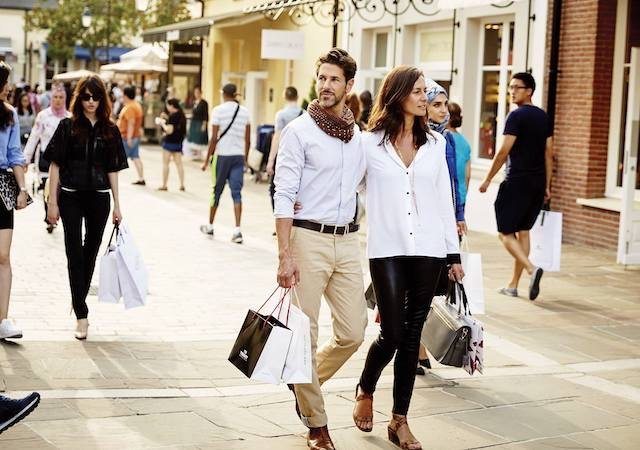 Fazendo compras no outletLa Vallée Villageem Paris