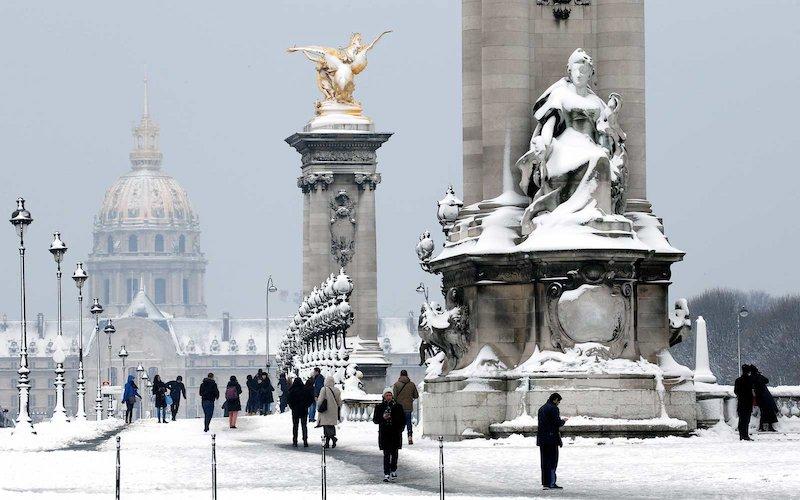 Neve na Pont Alexandre III em Paris