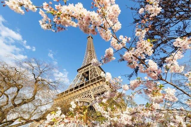 Torre Eiffel na primavera em Paris