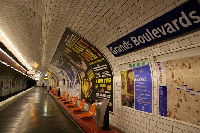 Interior da estação de metrô em Paris