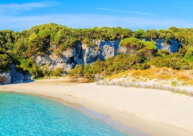 Praia du petit Sperone em Bonifácio na França