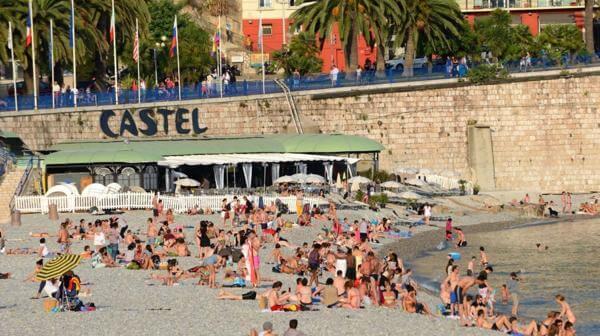 Pessoas na Praia Castel Plage em Nice