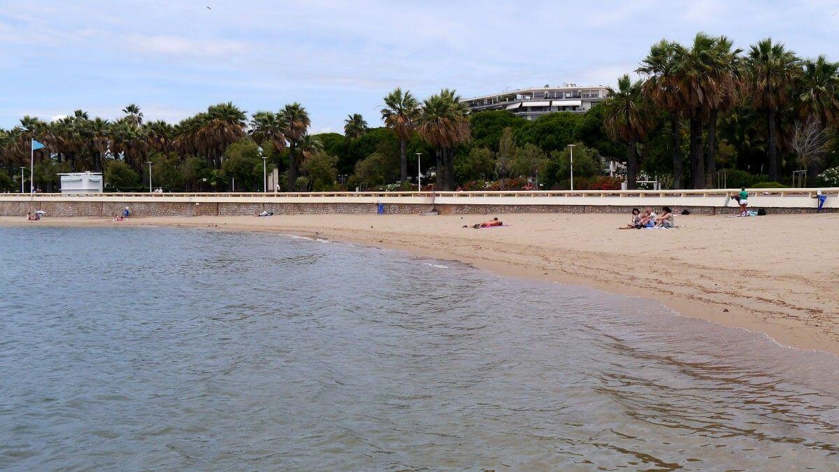 Praia Plage Macé em Cannes de dia
