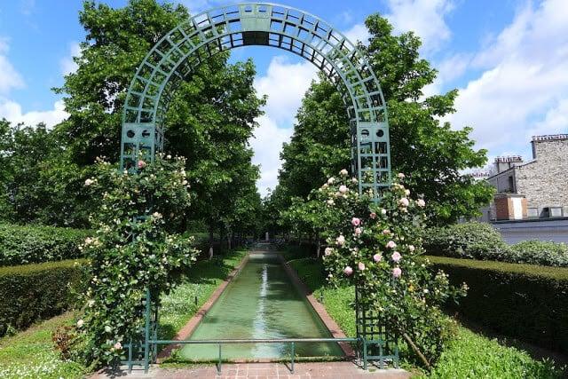Arco e lago no Jardim Promenade Plantée em Paris