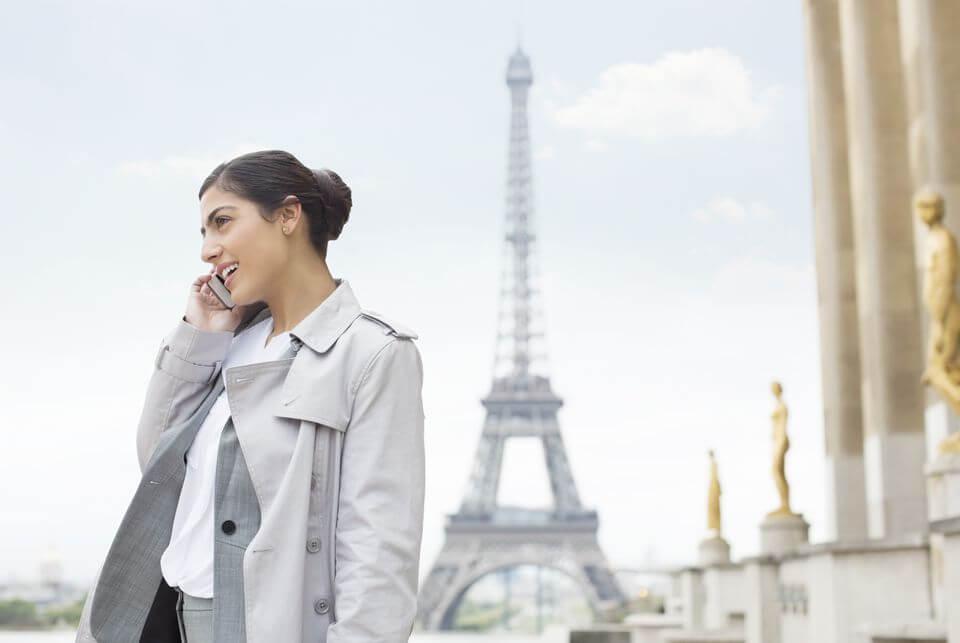 Usando o celular em Paris