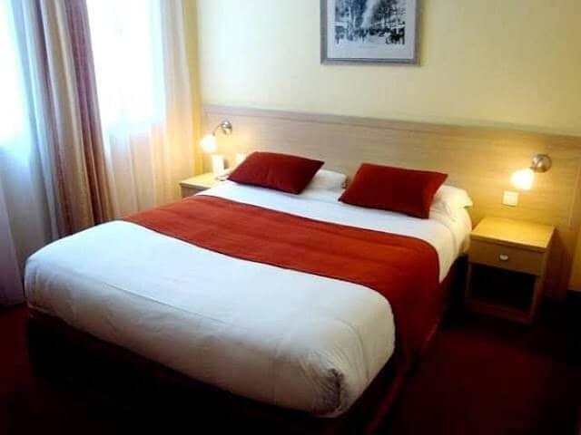 Hotel les Cigales em Nice - quarto