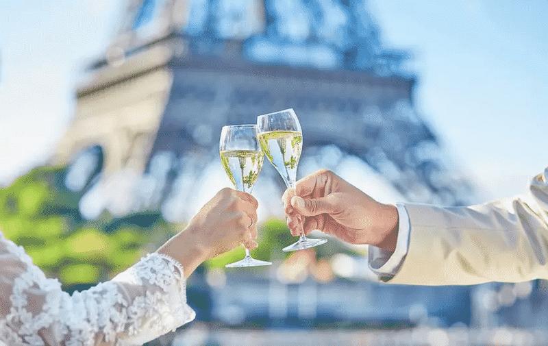 Casal na Torre Eiffel em Paris