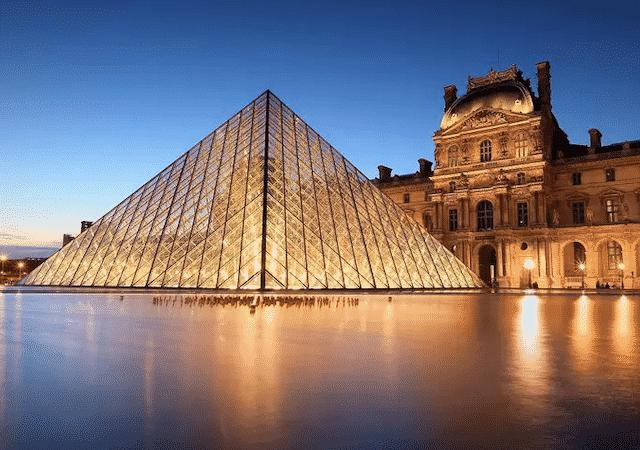Paisagem do Museu do Louvre em Paris