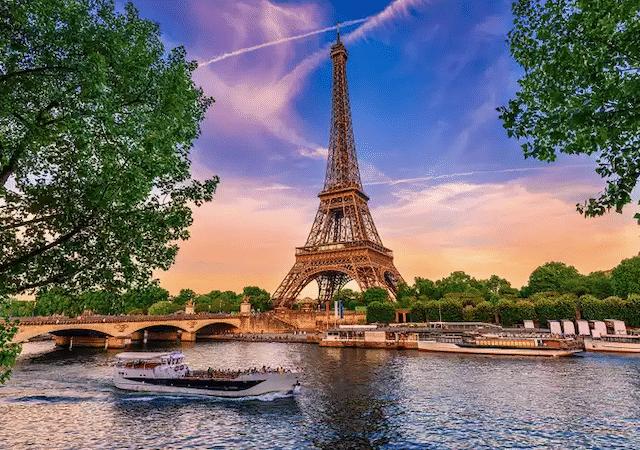 Paisagem do Rio Sena e Torre Eiffel em Paris