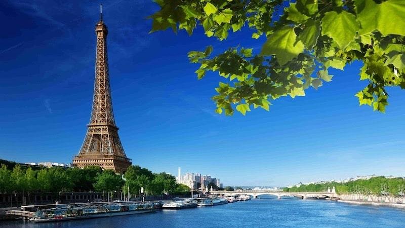 Paisagem da Torre Eiffel no verão em Paris