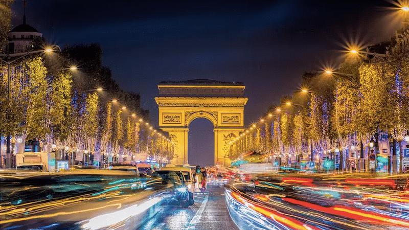 Vista do Arco do Triunfo em Paris à noite