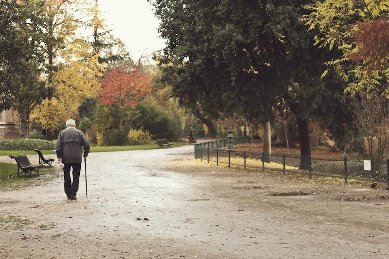 Idoso caminhando em Lyon
