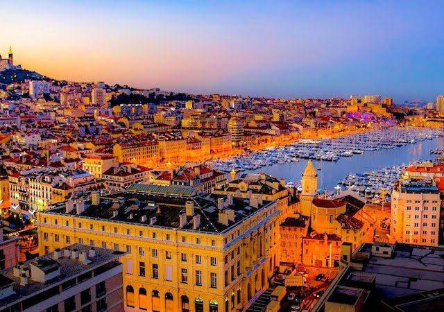 Vista da cidade de Marselha à noite