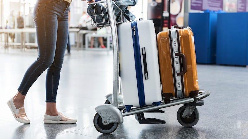 Carregando bagagens no aeroporto em Paris